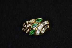 エメラルドとダイヤモンドのリング