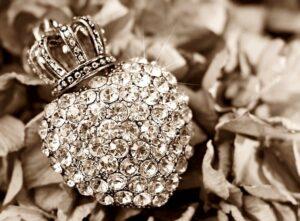 ダイヤモンドでできたハートとクラウン