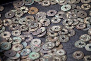 古銭がたくさん散らばっている