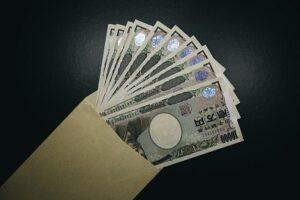 封筒に入った1万円札10枚の画像