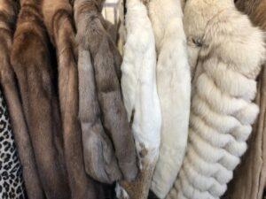 様々な毛皮のコート
