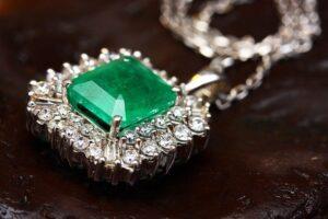 緑色の宝石のついたアクセサリー