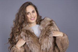 茶色い毛皮のコートを着る女性