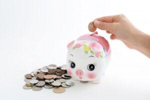 豚の貯金箱に硬貨