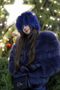 青いコートを着た女性